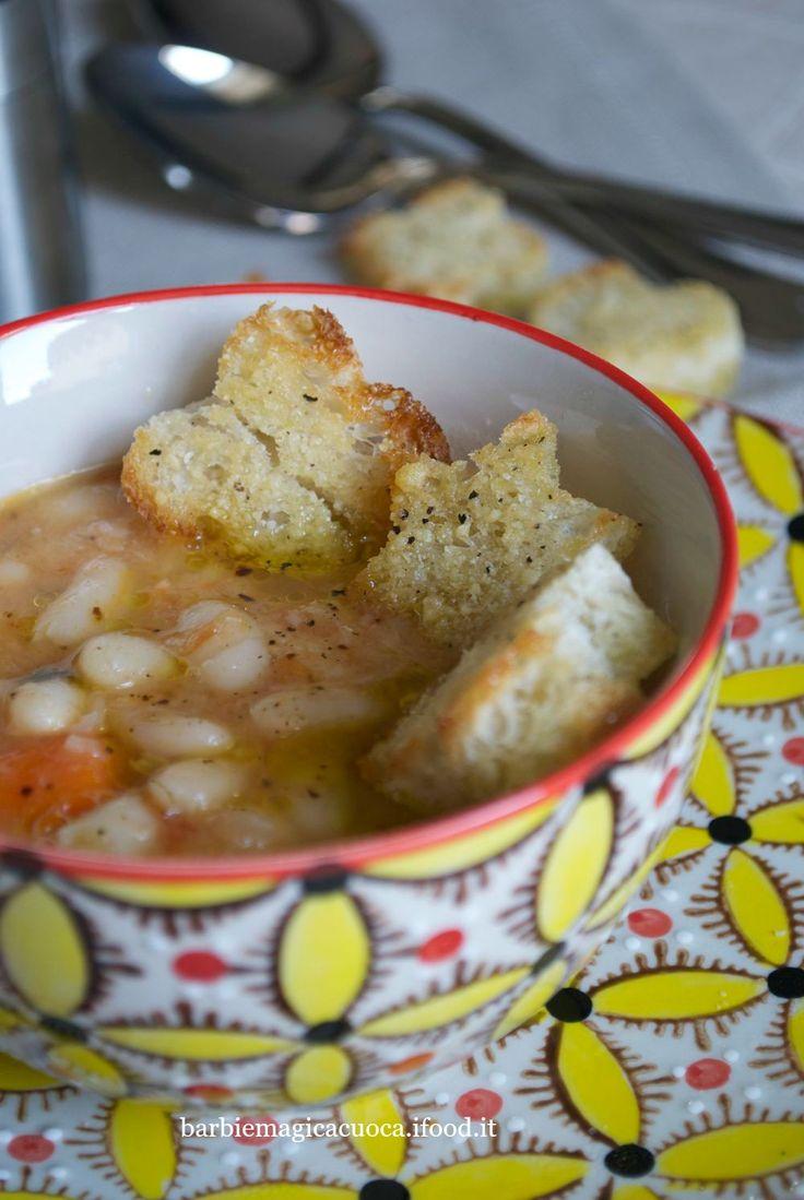 Zuppa di fagioli cannellini con crostini al pecorino e pepe nero