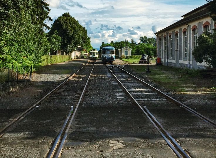 Gare d'Ambert et vieux trains. Photo © Copyright Yves Philippe