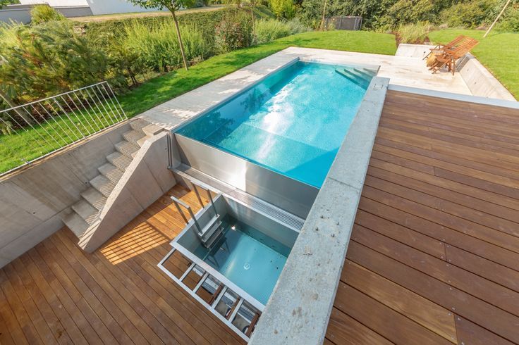 Overflow swimming pool connected with sauna cooling pool