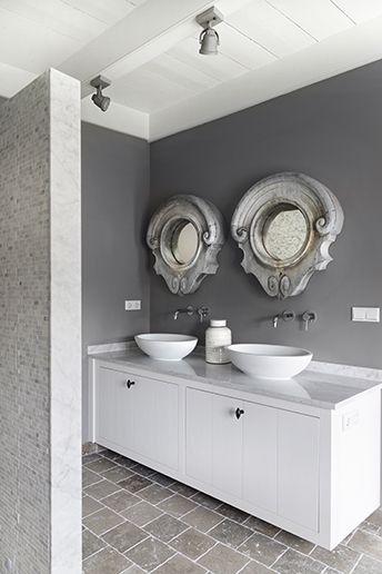 Binnenhuisarchitectuur grachtenpand landelijk wonen interieurarchitect -heel mooi strak, de spiegels maken het landelijk, ik zou er zelf een houten vloer in doen maakt het wat warmer