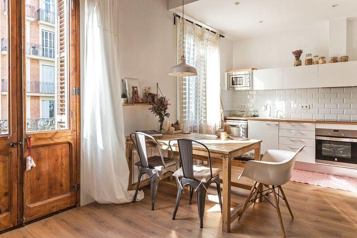 El apartamento de Anna Alfaro es un ejemplo de hogar cálido y sereno, luminoso, acogedor, lleno de elementos naturales que le aportan frescor y buenas vibraciones, definitivamente nos ha enamorado y nos queremos ir a vivir con...