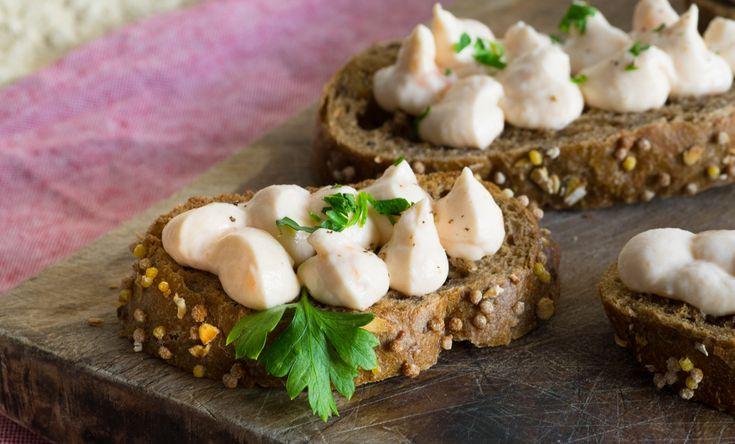 Mousse al salmone su crostoni di pane nero