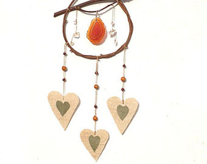 Original decoration inspired by native American dream catcher.  Wood and linen hearts give it a rustic style.  Lovingly made ​​of heart linen and wooden elements that make it an all-natural product .      Size:  width: 9.4  ( 24cm )  Overall length: 20.5  ( 52 cm )