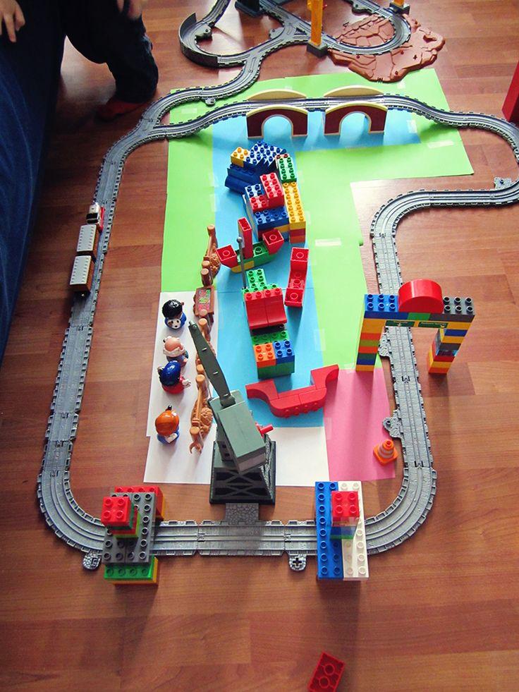Small world play: bouw een kleine wereld na voor je peuter, kleuter of kind om mee te spelen. Wij gingen voor een Thomas de Trein bij-de-rivier-tafereel. Onderdeel van een speelchallenge.van: www.mizflurry.nl