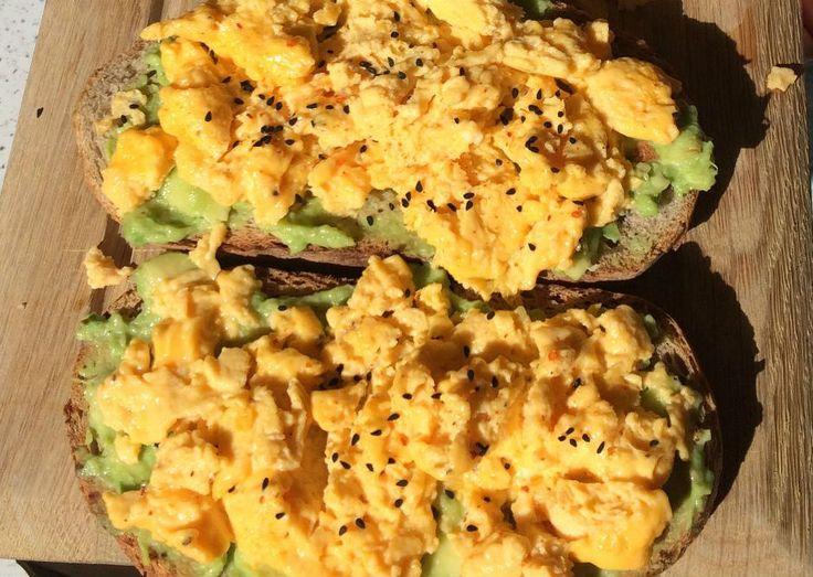 çırpılmış yumurtalı avokado tost