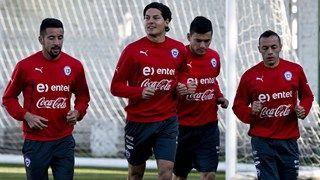 Chile's national football team players Mauricio Isla, Miiko Albornoz, Charles Aranguiz and Marcelo Diaz warm up
