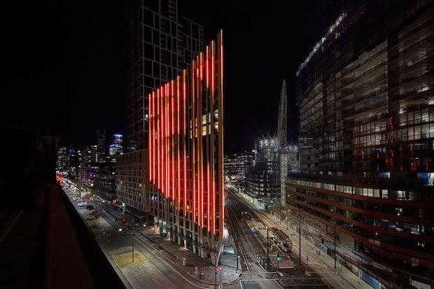 Voici l'immeuble 888 Collins Street situé dans la même rue de Melbourne (Australie). Cet édifice de 15 étages est équipés de modules Led à Led sur une surface de 5 500m2 représentant les valeurs météorologiques en temps réel (précipitations, vitesse du vent, température). Cette réalisation à été imaginée par la société de conception lumière Ramus en collaboration avec Big Screen Projects.