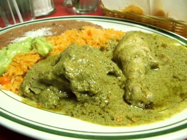Pollo en pipián verde    Ingredientes  :   - 3 pechugas grandes de pollo (1 kg)  - 4 tazas (1 litro) de agua  - 3 dientes de ajo  - ½ cebo...