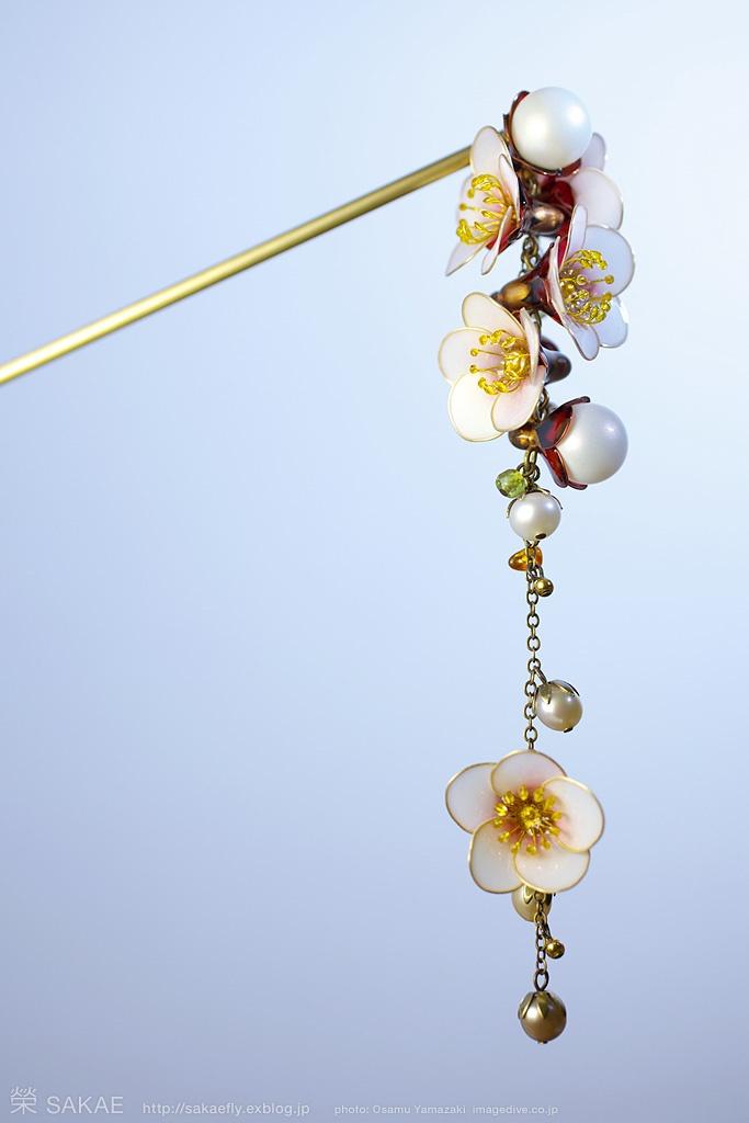 簪作家榮 2012白梅 簪 零れ梅 Japanese hair accessory -Japanese apricot Kanzashi- by Sakae, Japan   http://sakaefly.exblog.jp/   http://www.flickr.com/photos/sakaefly/
