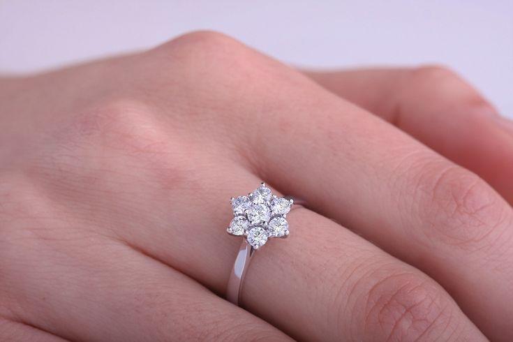 Inel de logodna cu diamant - RD485W - Inel aur alb 18kt cu 7 diamante rotunde brilliant, in setare gheare pe www.royaldiamante.ro