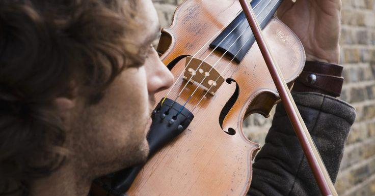 Cómo aplicar resina al violín por primera vez. El sonido del violín se genera cuando el arco se mueve a través de las cuerdas. La parte que entra en contacto con ellas es el pelo. Este se elabora con pelo de la cola del caballo. Algo de su fricción proviene de las escalas microscópicas del pelo, pero éstas no son lo suficiente fuertes para producir un sonido. Aquí es donde entra en juego la ...