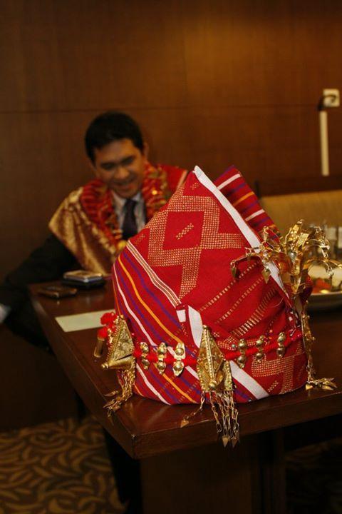 Pengantin pria pada pernikahan adat Batak Karo Sumatra Utara mengenakan penutup kepala yang terbuat dari kain bernama uisgara.