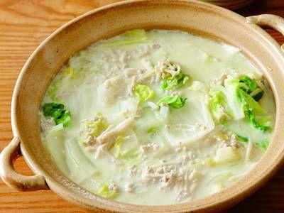 吉田 勝彦さんの白菜を使った「豆乳鍋」のレシピページです。豆乳のまろやかな味わいと鶏ひき肉のうまみが重なり合います。白い具材を組み合わせたおしゃれ鍋です。 材料: 白菜、えのきだけ、しょうが、鶏ひき肉、酒、だし、塩、こしょう、豆乳