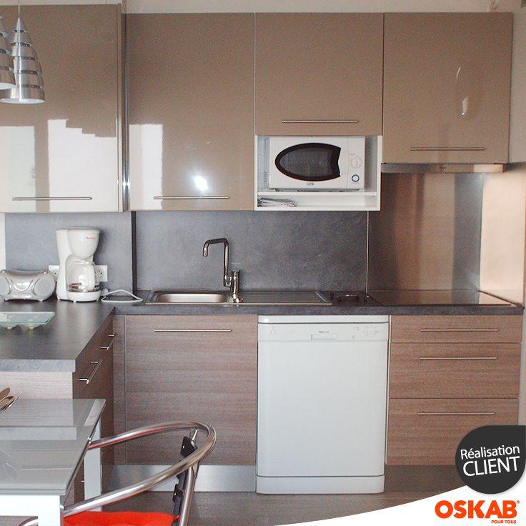 Petite cuisine ouverte avec bar bicolore meuble bas bois for Meuble et plan de travail
