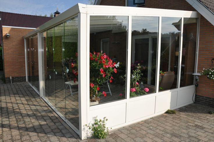 Veranda completa, fronte con vetrate scorrevoli e laterali con vetrate fisse, senza timpano superiore e pannellatura inferiore