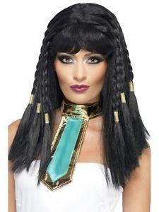 Kleopatra-peruukki.  Peruukin lettien päät on viimeistelty kullanvärisillä koristeilla.