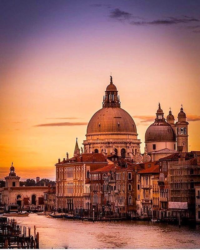 Venezia al tramonto.... non è una delle cose più romantiche che abbiate mai visto?  Sunset in #Venice. There is something more romantic?  Photo by: @jakobnoc #viaggiatori #funnyday #vacaymode #tramonto #viaggi #travell #cityofart #turismo #thegoodlife #loveart