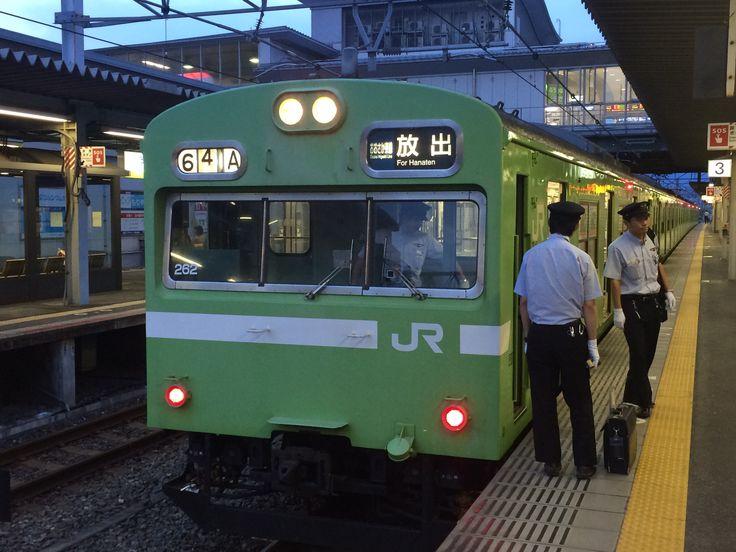 JR西日本を甘く見てはいけない。103系も徹底して魔改造して、現状に合わせて使う。片町線時代に導入されたが、その頃は非電化地区もあった。今や、全車冷房付きになって久しい。太い白線が、この線区に相応しい。この駅は、放出と書いて「ハナテン」と読む。関西人なら、中古車センターの社名となった。「あなた車売る?」理解不能かも。フッッリーダイヤルの世界だ。