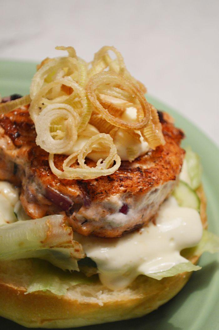De babar: Hamburger de salmão com tempurá de alho poró e molho de wasabi do The Sailor Pub! - Bramare por Bia LombardiBramare por Bia Lombardi
