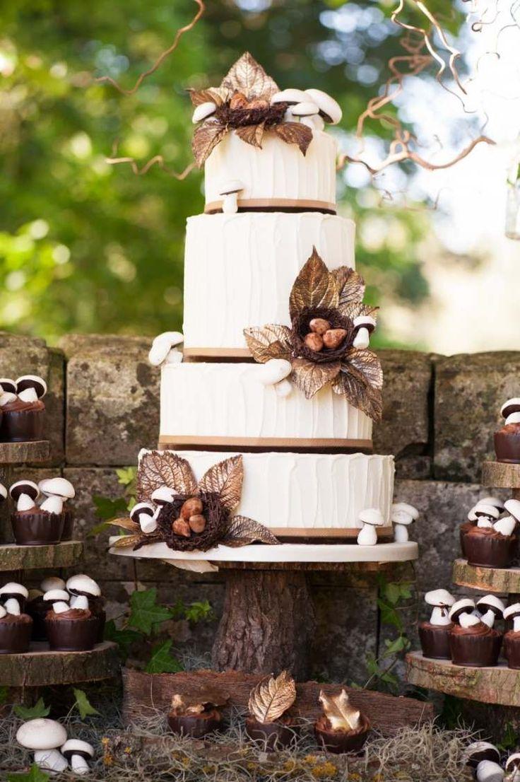 gâteau de mariage d'automne décoré de feuilles et champignons