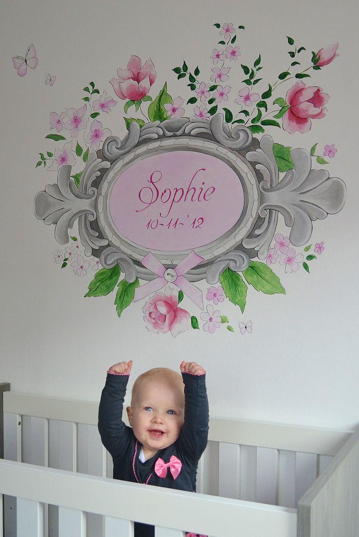 Romantische lijst met bloemen, vlinders, glitters en geboortedatum met naam | muurschildering | babykamer | www.groeneballon.nl