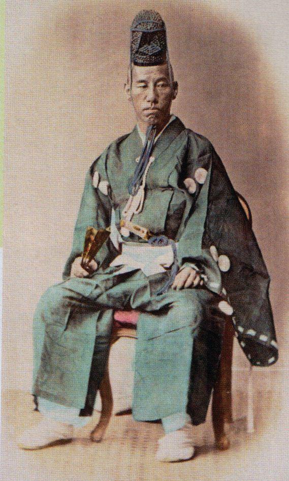 Yoshinobu Tokugawa, the last shogun. 徳川 慶喜(とくがわ よしのぶ)は、江戸幕府第15代征夷大将軍(在職:1867年 ‐ 1868年)。江戸幕府最後の将軍で征夷大将軍に任じられた最後の人物。 御三卿一橋徳川家の第9代当主として将軍後見職・禁裏御守衛総督など要職を務めた後に徳川宗家を相続、第15代将軍に就任。大政奉還や新政府軍への江戸開城を行なった。明治維新後に従一位勲一等公爵、貴族院議員。