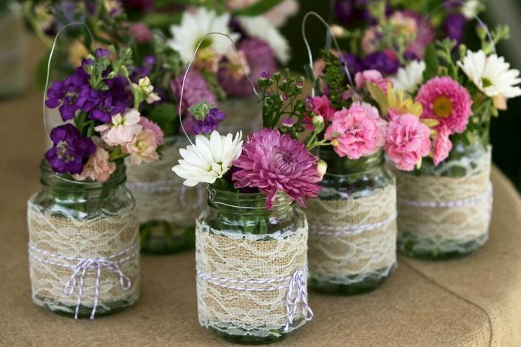 Einweckgläser dekorieren mit Spitze und Leinen für eine Vase zum Aufhängen