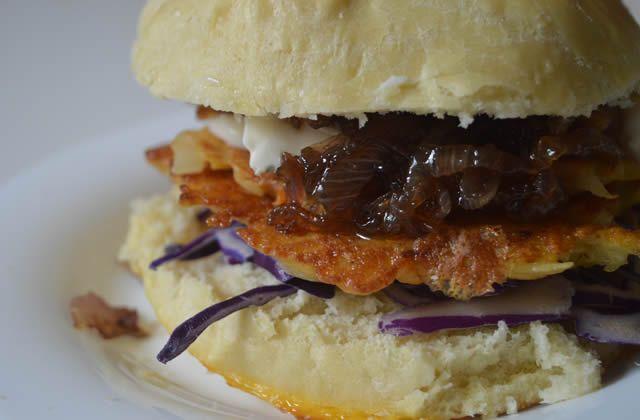 Le burger galettes de pomme de terre/oignons caramélisés/chou rouge, c'est la recette végétarienne et crousti-fondante qui lance notre Burger Week !