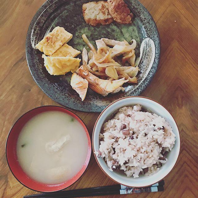 今日の朝ご飯🥞 #赤飯#味噌汁#フラワー卵#シャケ#肉#美味しい#和食