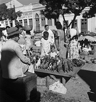 Mestre Vitalino na feira de Caruaru, 1947. Photo: Pierre Verger.