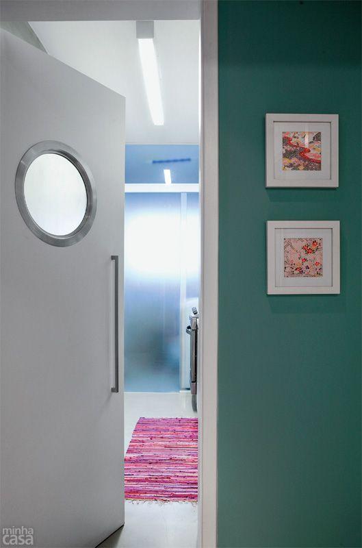 A planta do tipo corredor pediu a concentração de todos os elementos em uma só parede. Uma porta de correr de vidro, com película que simula o efeito jateado (Júlio Box, R$ 901,60, com medidas de 1,70 x 2,60 m), marca o limite da cozinha com a lavanderia: o varal fica oculto, porém a luz passa. Já a porta de cozinha é no estilo vai e vem (Madel, R$ 800, com escotilha e puxador - o preço não inclui acabamento nem instalação). Projeto de Marina Carvalho.