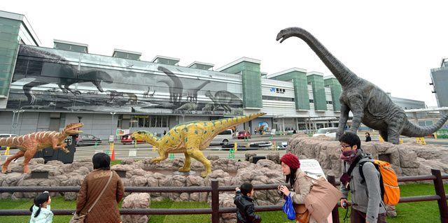 14日の北陸新幹線開業を前に、福井市のJR福井駅前に7日、動く恐竜のモニュメント3体が登場した。新幹線の福井県への延伸は2022年度の予定だが、多くの化石が見つかっている「恐竜王国」をPRし、観光客…