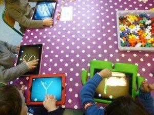 Doigtdecole, le blog de Veronique Favre, enseignante de maternelle à Paris. Ce site fournit des exemples concrets d'utilisation d'ipad en classe avec des enfants de 3-4 ans.