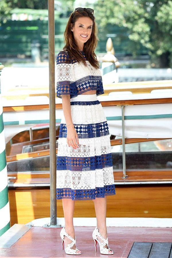 Look da modelo Alessandra Ambrósio com saia midi e blusa cropped.