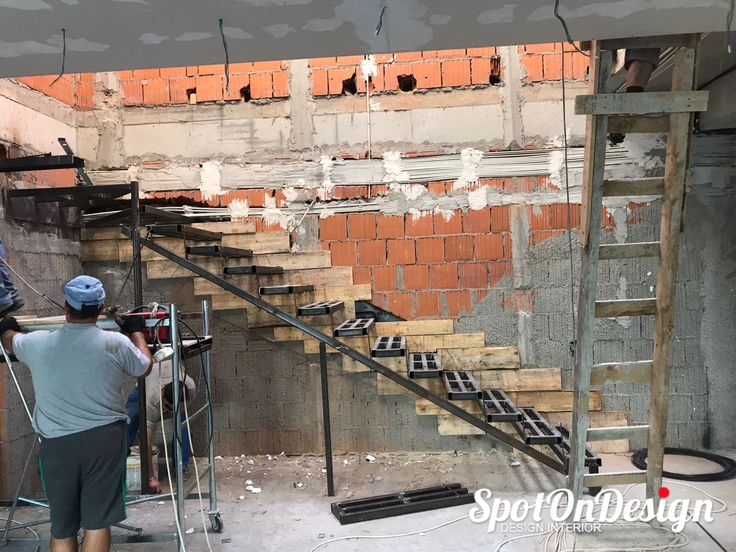 Azi suntem pe santier la un client nou. Impreuna cu inginerii gasim solutii pentru constructia noii scari interioare.  #scariinlucru #amenajarideinterior