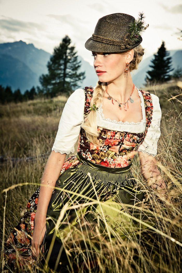 Dieses harmonische Dirndl Ludovika mit Blumenprint von der Designerin Lena Hoschek versprüht ihre Liebe zum Detail.