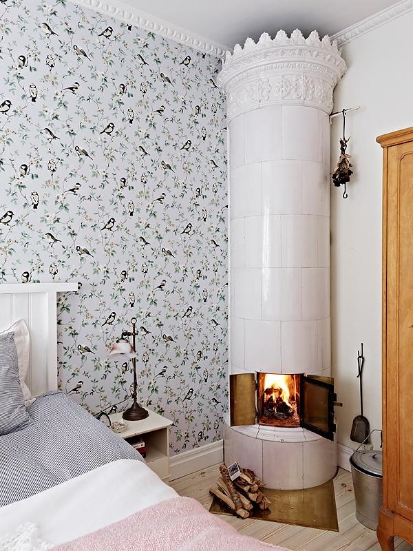 Kakelugnen. Sweet bedroom fireplace. #Kakelugnen #tile #stove #fireplace #Swedish #tile_stove