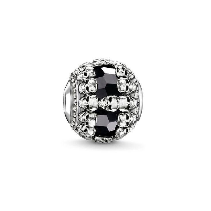 THOMAS SABO Bead aus der Sterling Silver Kollektion. - Carpe diem - Memento mori - Endlichkeit Memento mori: Die kleinen Totenköpfe stehen für Endlichkeit und erinnern daran, schöne Momente zu genießen. Durch die kunstvolle Anordnung um den Onyx-Bead ergibt sich ein edler Schwarz-Silber-Kontrast. [Artikeltabelle]Kategorie:Bead Material:925er Sterlingsilber, geschwärzt Steine:Onyx Maße:Größe ca. 1,1 cm (0,43 Inch) Artikelnummer:K0241-698-11[/Artikeltabelle]
