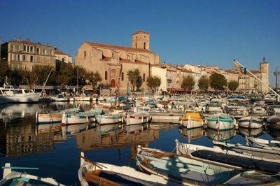 Le port de plaisance de La Ciotat avec, en arrière-plan, l'église Notre-Dame de l'Assomption.