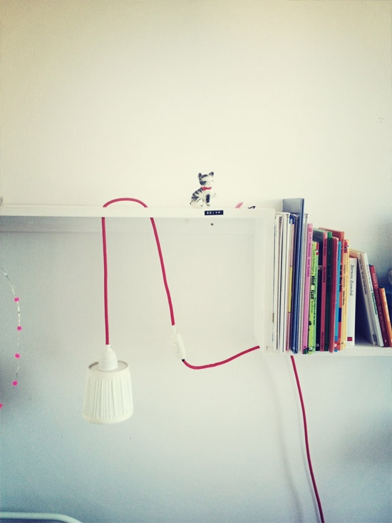 in Regal integrierte Lampe