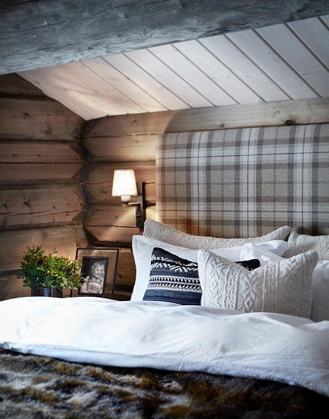 Mountain cabin style bedroom - Check and faux fur