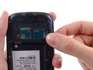 Schritt 11 -       Verwenden Sie Ihren Daumen, um die MicroSD-Karte aus ihrem Steckplatz herauszuschieben.      Entfernen die MicroSD-Karte aus dem Telefon.