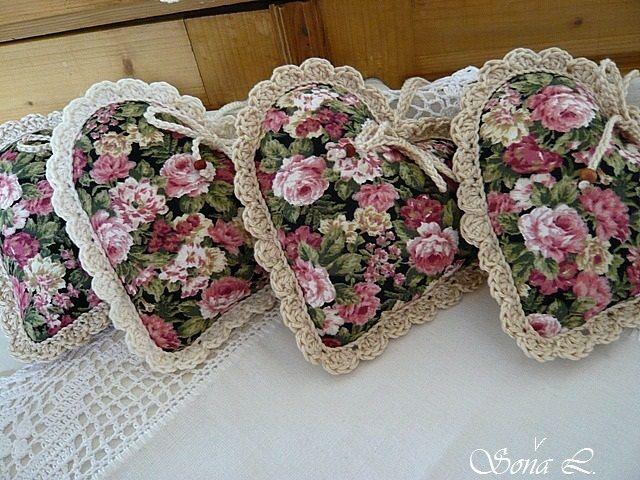 Dekorační srdíčko ~ romantické s růžičkami Dekorační srdíčkoje ušité z bavlněné látky a naplněné dutým vláknem se sušenou levandulí. Srdíčko zdobíručně háčkovaná krajka z přírodní příze a háčkovaná šňůrka s dřevěnými korálky.Moc hezká dekorace nebo jako milý dárek či jehelníček. Velikost cca 9 x 11 cm+ háčkované poutko na zavěšení ...