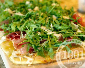 Пицца с копченостями и рукколой