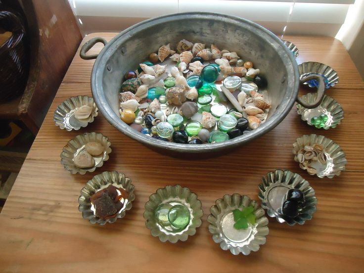 Exploring and sorting with beautiful natural materials http://www.pinterest.com/kinderooacademy/loose-parts/