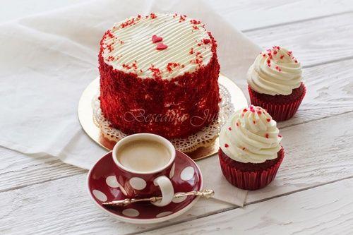 Один из самых простых в приготовлении тортов, однако не смотря на простоту исполнения, смотрится такой торт очень эффектно. А неожиданный шоколадный вкус красных коржей удивит ваших гостей.