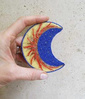 Corallo, perline giapponesi e ceche. 7 x 8.5 cm. Purtroppo il colore blù non è venuto bene, in realtà tende un pò al viola. € 65