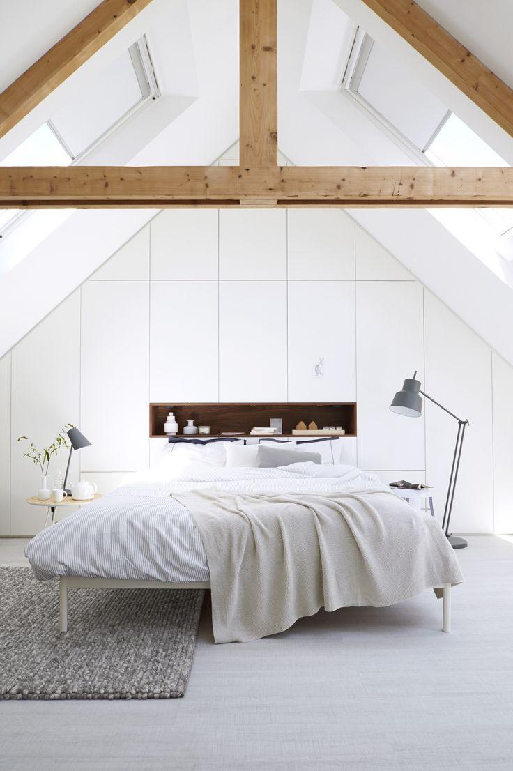total white & natural woodbeams (via rommelzolder wordt droomslaapkamer | vtwonen)