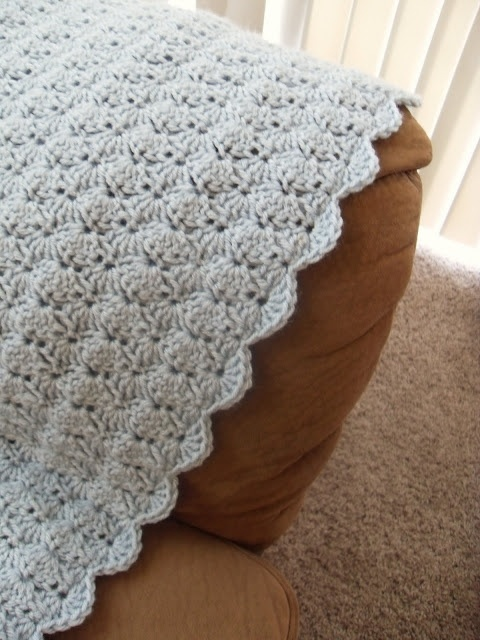 Easy blanket that is also pretty! Free crochet pattern.