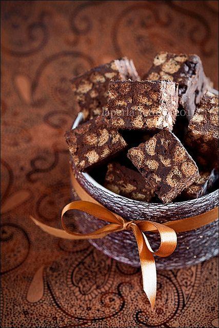 пшеничные отруби, шоколад 72%.  Шоколад растопить на водяной бане, дать немного остыть. Добавить отруби, быстро перемешать, выложить в прямоугольную форму застеленную бумагой для выпечки, разровнять, убрать в холодильник на 30-40 минут, шоколад не должен сильно затвердеть, чтобы было удобно нарезать на ровные квадратики.